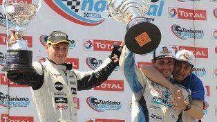 Feliz. Boero (izquierda) celebra el segundo puesto que lo acercó a la lucha por el título. A su lado el ganador cordobés López Donzelli.