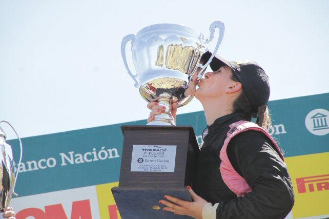Feliz. La cordobesa Ballario besa el trofeo por la victoria en Río IV. Largó 3ª y superó a Chiaverano y Lucas Valle en el 5º giro.