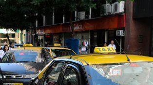 Un taxista arrolló a una ciclista y a un peatón