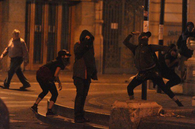 Había gente organizada que lanzaba piedras y botellas contra el personal policial