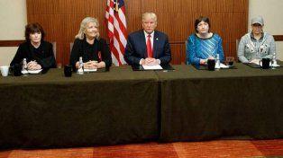 Trump junto a las mujeres.