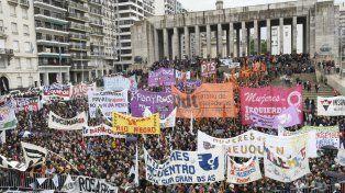 Miles de mujeres coparon este lunes el Monumento.