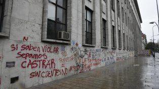 Las fotos de las pintadas con aerosol que ensuciaron fachadas de edificios públicos y privados