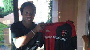 El crack brasileño Ronaldinho posó con la camiseta rojinegra de Maxi Rodríguez.