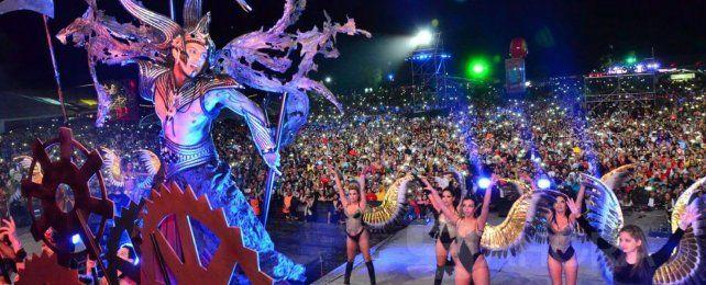 Colorido. Los escenarios de la Fiesta de Disfraces de Paraná ofrecieron música
