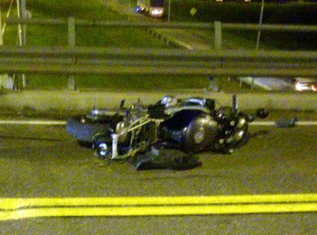 Impacto. La moto quedó sobre el puente que cruza la autopista a Córdoba.