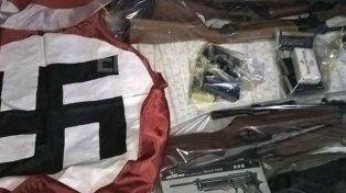 Simbología. Además de las armas se hallaron cuadros y banderas nazis.