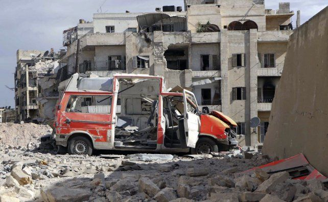 Criminal. Una ambulancia destruida por un bombardeo ruso o sirio sobre la zona rebelde de Alepo.