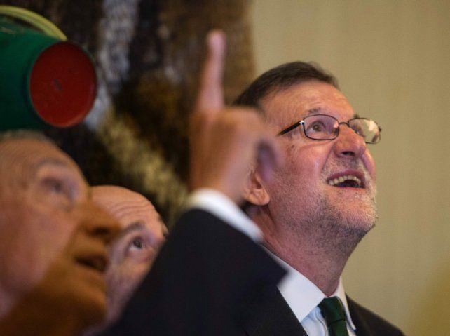Arriba. Mariano Rajoy recuperó la sonrisa ayer durante la inauguración de una muestra de Joan Miró.