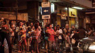 Vecinos de Cantagalo y Pavão-Pavãozinho esperan autorización de la Policía para subir a sus casas.