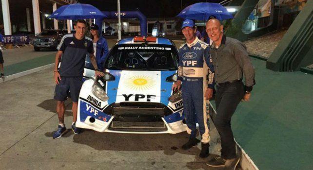 Di María junto al piloto Federicvo Villagra y el exfutbolista Oscar Dertycia.