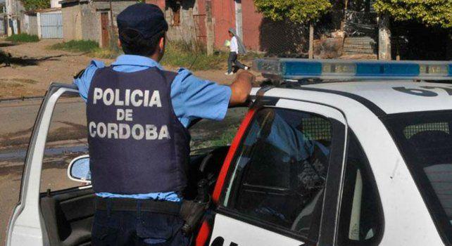 La policía rescató a uno de los delincuentes pero no pudo evitar que el restante falleciera.