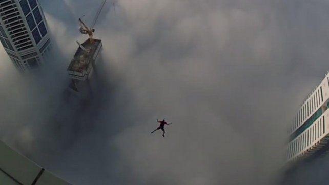 Arriesgado salto al vacio entre las nubes