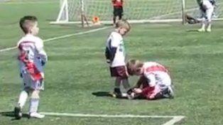 Le ató los cordones a su rival para que pueda seguir jugando