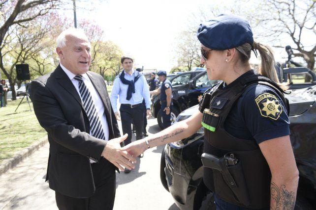 Lifschitz saluda a una oficial de policía en el Parque del Mercado