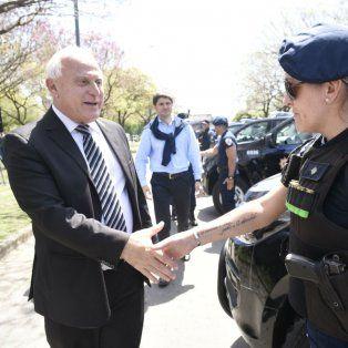 Lifschitz saluda a una oficial de policía en el Parque del Mercado, donde la provincia entregó 40 camionetas a la policía.