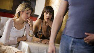 Las mujeres saben exactamente a donde mirar cuando se cruzan con un hombre.