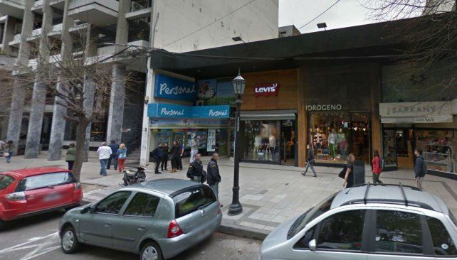 El local se encuentra ubicado enfrenta a la plaza Pringles.