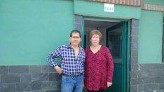 Jorge y Aurora en la puerta de su casa.