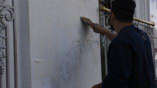 A cambiarle la cara a la ciudad. Algunas empresas particulares comenzaron por iniciativa propia a tapar grafitis de avenida Pellegrini.