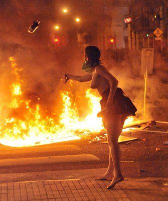 Una manifestante arroja una molotov.