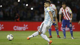 Le ahogó el gol. El penal ejecutado por el kun Agüero será desviado por Justo Villar.