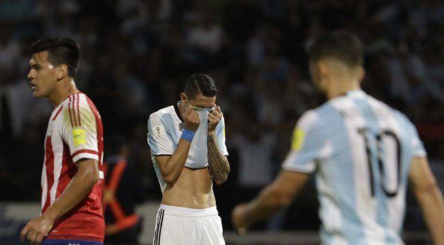 Tapado. Di María se tapa la cara con la camiseta en una clara muestra de la bronca con la que terminó el partido. Agüero lo mira.