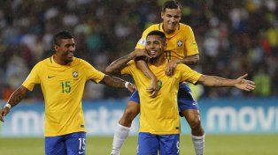 Apertura. Jesús anotó el primero de Brasil y lo festeja con Coutinho encima. Paulinho también celebra.