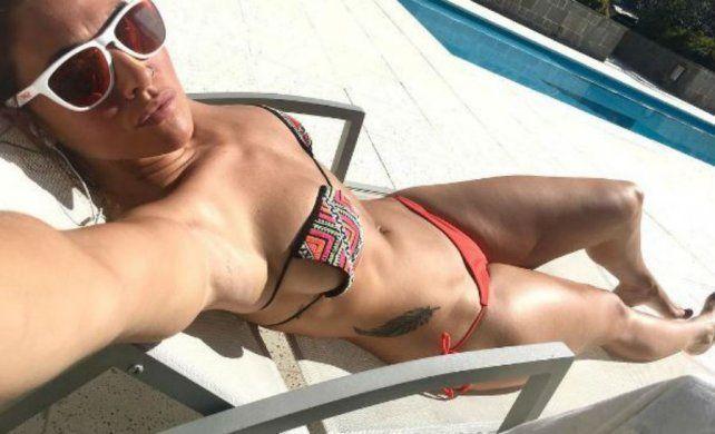 Ivana Nadal tomó sol en bikini y acompañada por un hombre