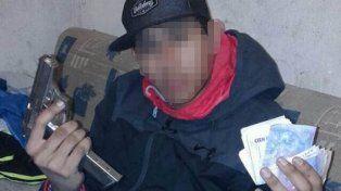 Investigan si con un celular robado se tomó una foto exhibiendo una pistola y fajos de dinero
