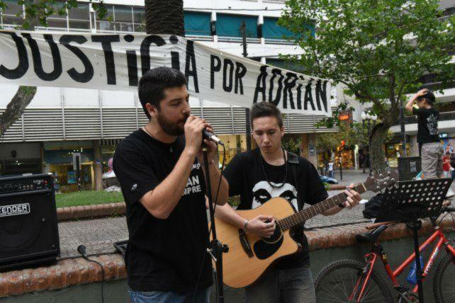 Los compañeros de Adrián Rodríguez exigen justicia por su muerte.