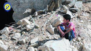 Entre ruinas. Un niño de Alepo durante un alto en los bombardeos.
