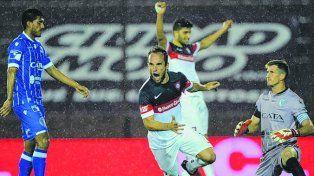 Festejo. Fernando Belluschi marcó el tercer gol azulgrana ante los mendocinos.