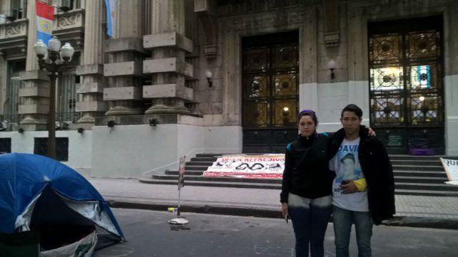 Familiares de víctimas de delitos reclaman atención y cortan calle frente a gobernación
