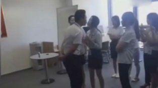 Una empresa obliga a las empleadas a besar en la boca a su jefe cada mañana