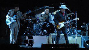 Dylan y su banda sobre el escenario en el Hipódromo del Parque Independencia.