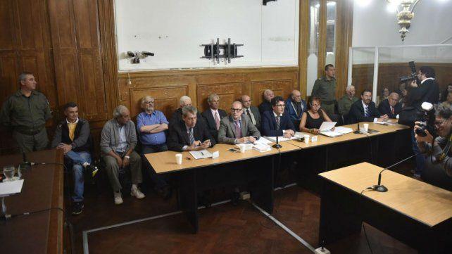 Los imputados junto a sus defensores en el primer día de audiencias.