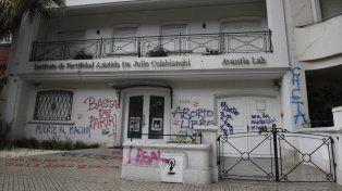 Impacto. Así quedo la fachada de una clínica de fertilidad sobre bulevar Oroño tras la marcha feminista.