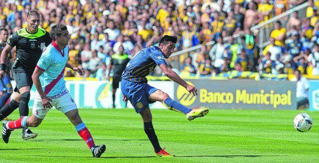 Macho frente al arco. Camacho saca el remate y convierte frente a Arsenal. El uruguayo se metió entre los once.