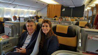 Macri y Juliana Awada en el avión que los llevó a Roma