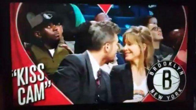 Tinelli le estampó un apasionado beso a Guillermina al ser captado por la Kiss Cam