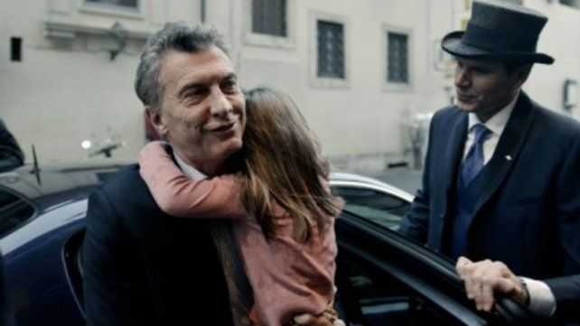 Macri llega al hotel con su hija Antonia en brazos.