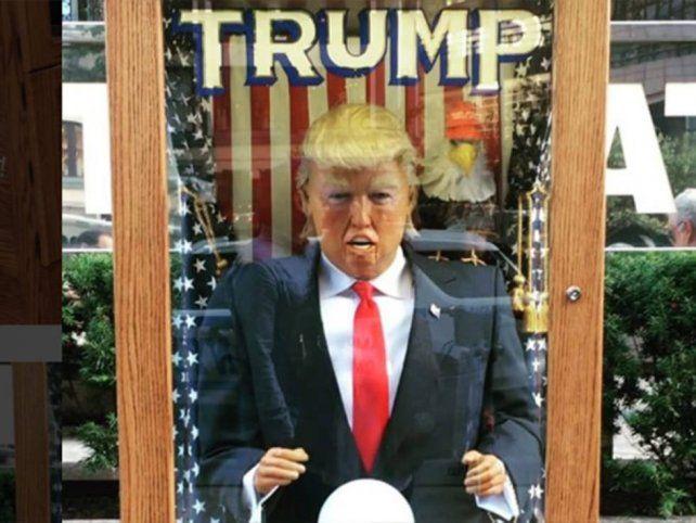 Un Donal Trump que predice el futuro cautivo a los neoyorquinos con sus predicciones apocalípticas.