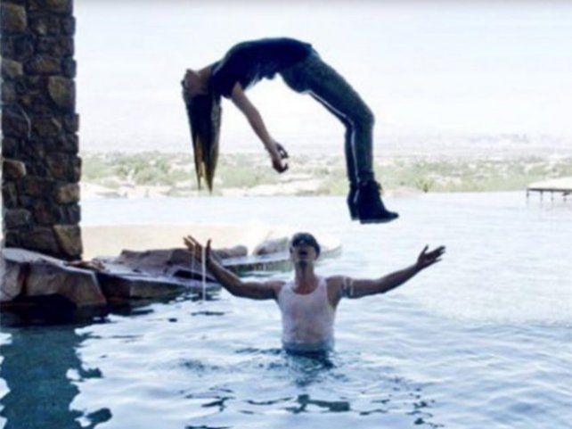 La cantante mexicana Belinda se eleva sobre las aguas de una piscina gracias a la magia de Cris Angel.