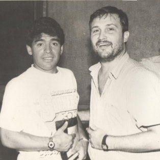 El periodista Aldo Marinozzi, en una entrevista con Diego Maradona en La Capital.