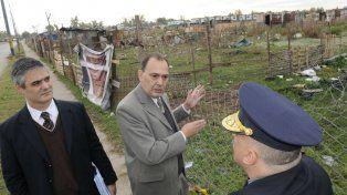 En el terreno. El juez Rodolfo Zvala recorrió el predio tomado en 2012 junto a agentes policiales