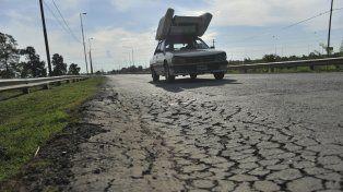 En algunos sectores, las grandes grietas que se han hecho en el suelo obligan a los automovilistas a maniobras peligrosas.