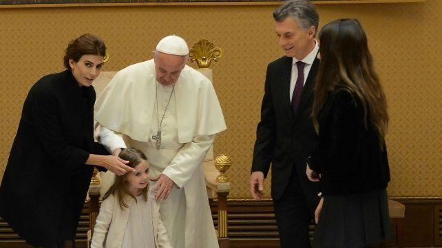 Juliana Awada y Francisco acomodan los cabellos de la pequeña Antonia.