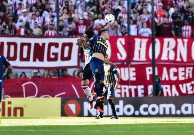 Mauricio Martínez busca el balón arriba ante un jugador del Pincha.