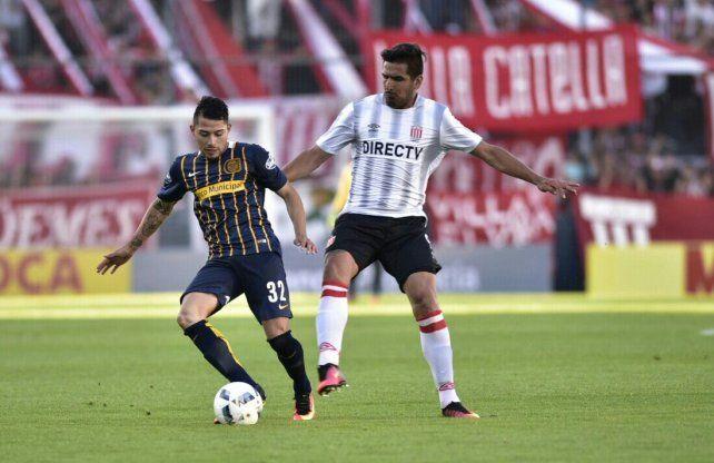 El tucumano Salazar intenta llevarse el balón ante la presión de Viatri.
